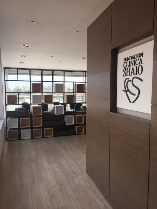Acceso: Salas de estilo  por Bustos + Quintero arquitectos