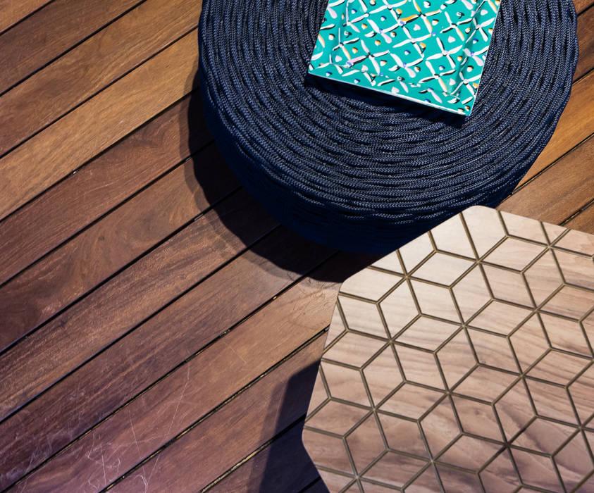 Área externa - Condomínio Jardim Mediterrâneo Paredes e pisos tropicais por branco arquitetura Tropical