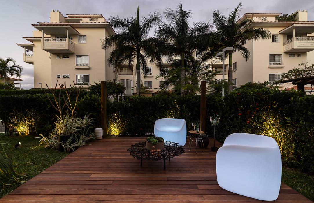 Área externa - Condomínio Jardim Mediterrâneo Jardins tropicais por branco arquitetura Tropical