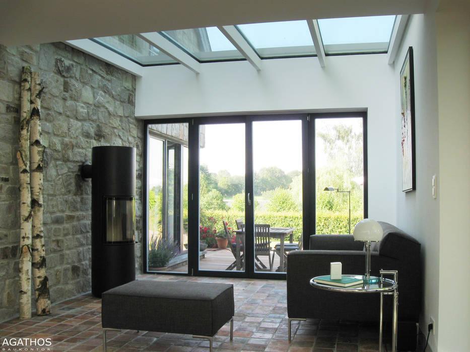 Anbau an ein bestehendes Einfamilienhaus in Hauset/ Belgien: moderner Wintergarten von Architekturbüro Sutmann