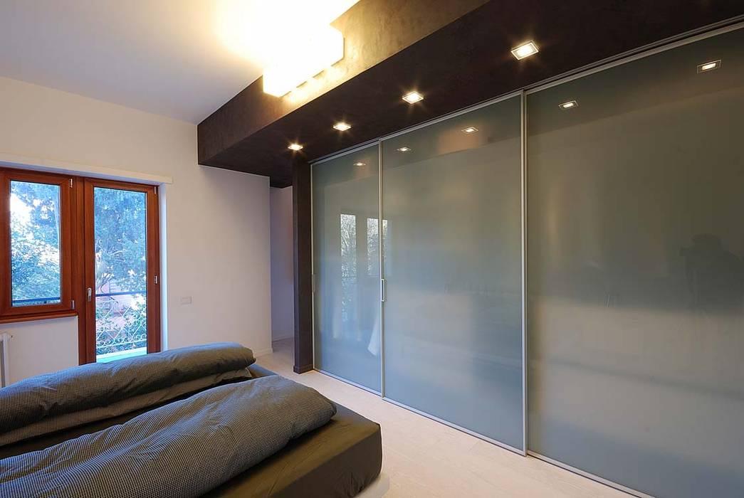 GIOCANDO CON I CONTRASTI NELL'INTERIOR DESIGN: Camera da letto in stile  di silvestri architettura