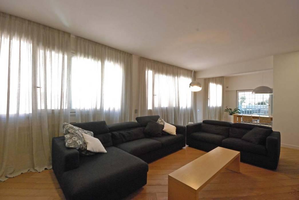 Ristrutturazione di una casa per una famiglia: soggiorno in stile in ...
