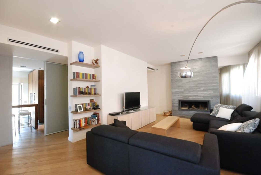 Ristrutturazione di una casa per una famiglia: soggiorno in stile di ...