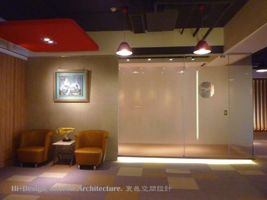 會議室外部等候區:  牆面 by Hi+Design/Interior.Architecture. 寰邑空間設計