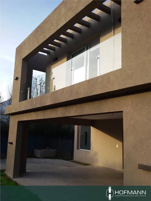 BARANDA DE VIDRIO TEMPLADO MODELO POSTES Y BOTONES  DE ACERO INOXIDABLE: Terrazas de estilo  por HOFMANN - DESARROLLOS EN VIDRIO Y METAL
