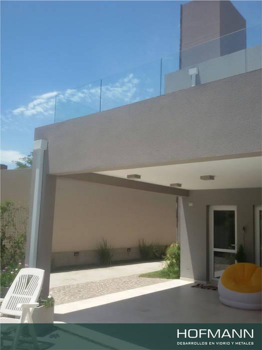 BARANDAS DE VIDRIO TEMPLADO PARA TERRAZA: Casas de estilo moderno por HOFMANN - DESARROLLOS EN VIDRIO Y METAL