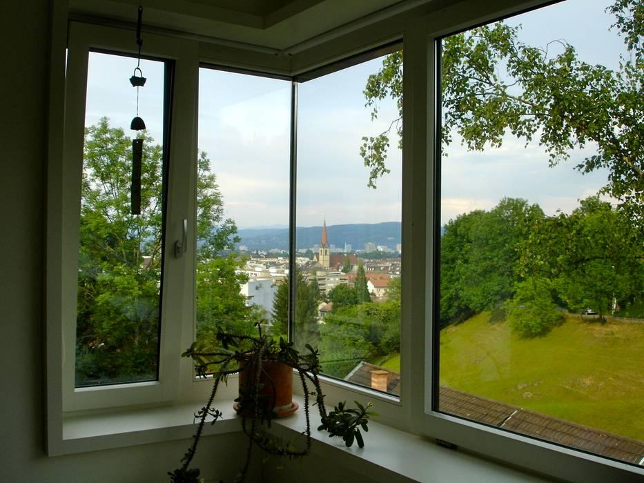 Casa a Basilea: Finestre in stile  di Pini&Sträuli Architects