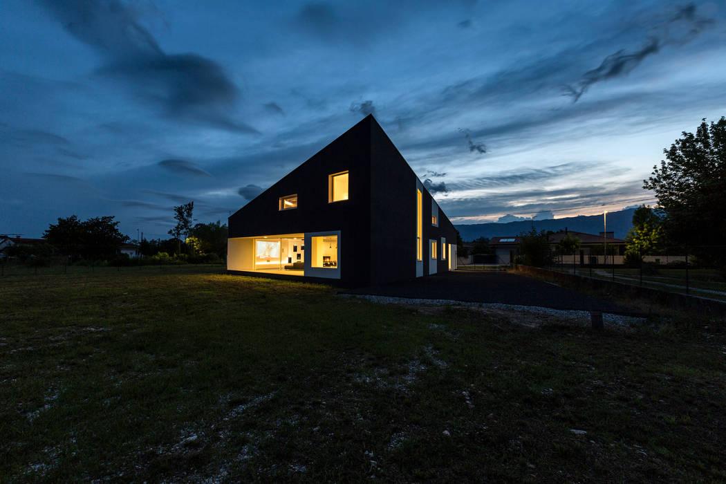 Casa LB: Case in stile in stile Moderno di Elia Falaschi Photographer