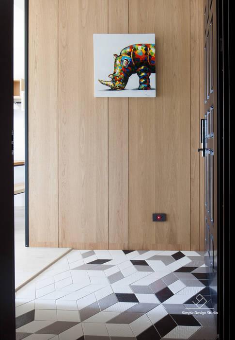 Pasillos y vestíbulos de estilo  de 極簡室內設計 Simple Design Studio,