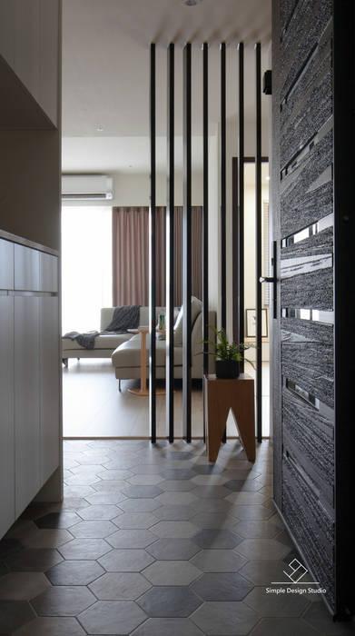 Pasillos, vestíbulos y escaleras de estilo escandinavo de 極簡室內設計 Simple Design Studio Escandinavo