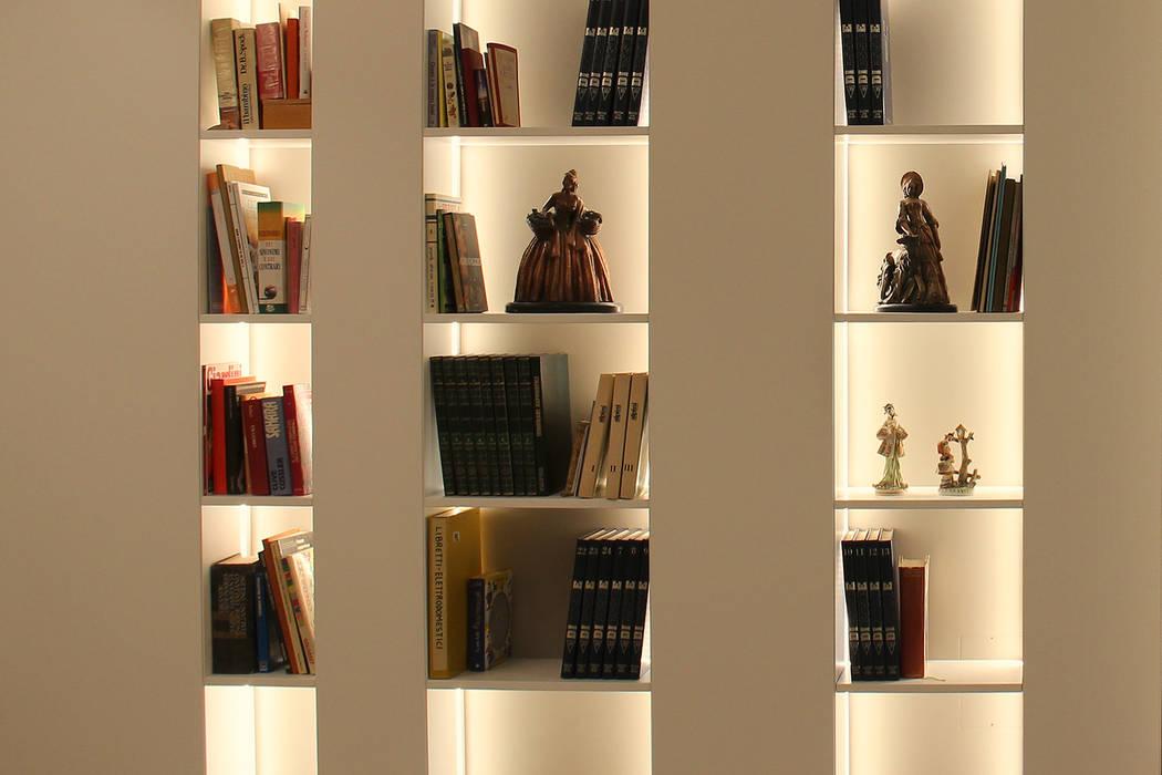 Soggiorno moderno in una villetta in brianza: soggiorno in stile di ...