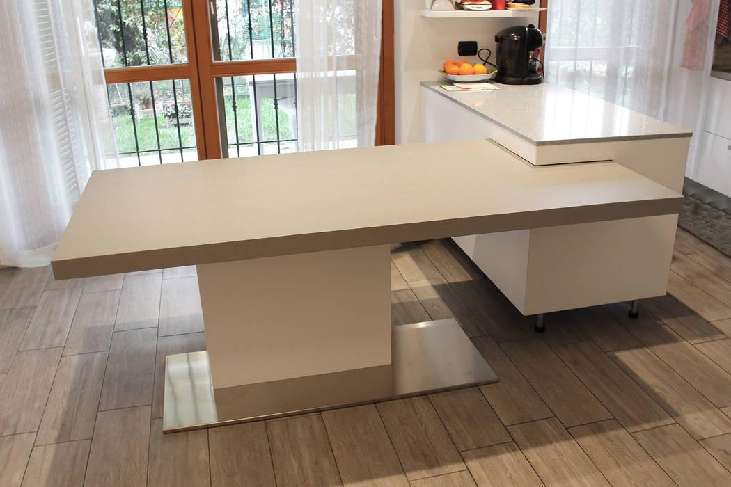 Tavolo con gamba centrale e piano allungabile: sala da pranzo in ...