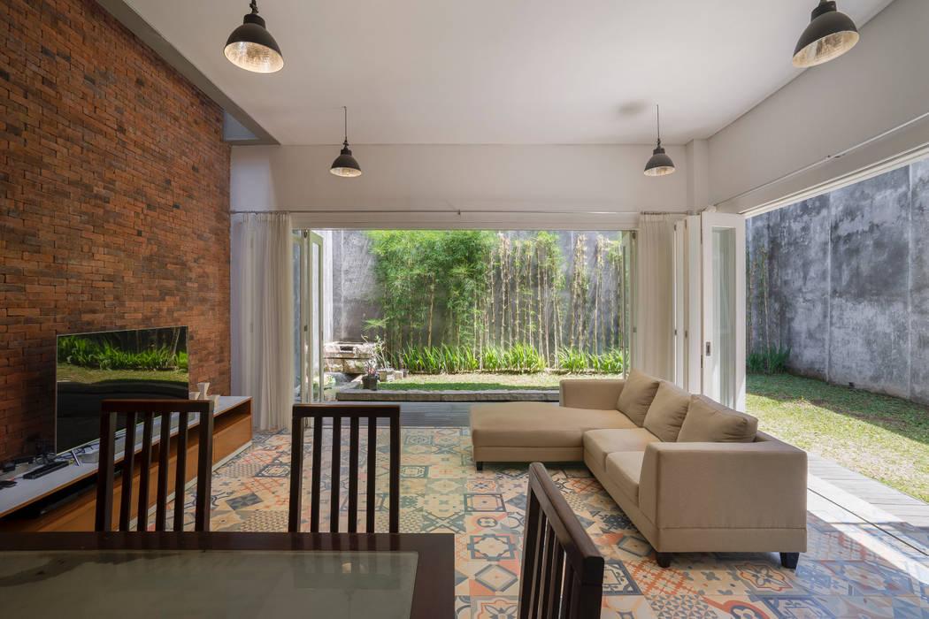 Ruang Keluarga & Ruang Makan View 1:  oleh CV Andyrahman Architect,
