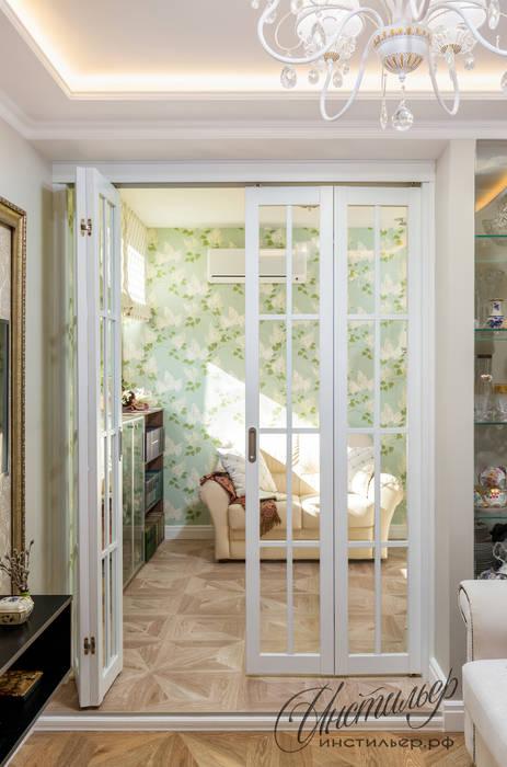 Уютный интерьер маленькой гостиной: двери в . Автор – Студия Инстильер | Studio Instilier, Средиземноморский