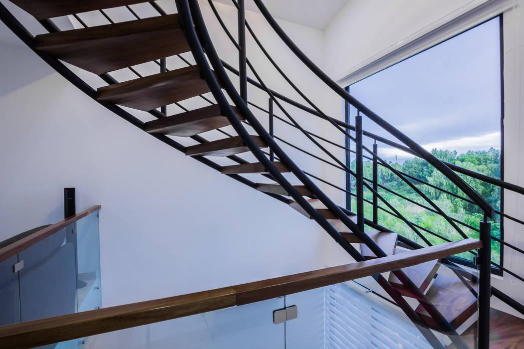 Pasillos, vestíbulos y escaleras modernos de ECKEN virtual spaces Moderno