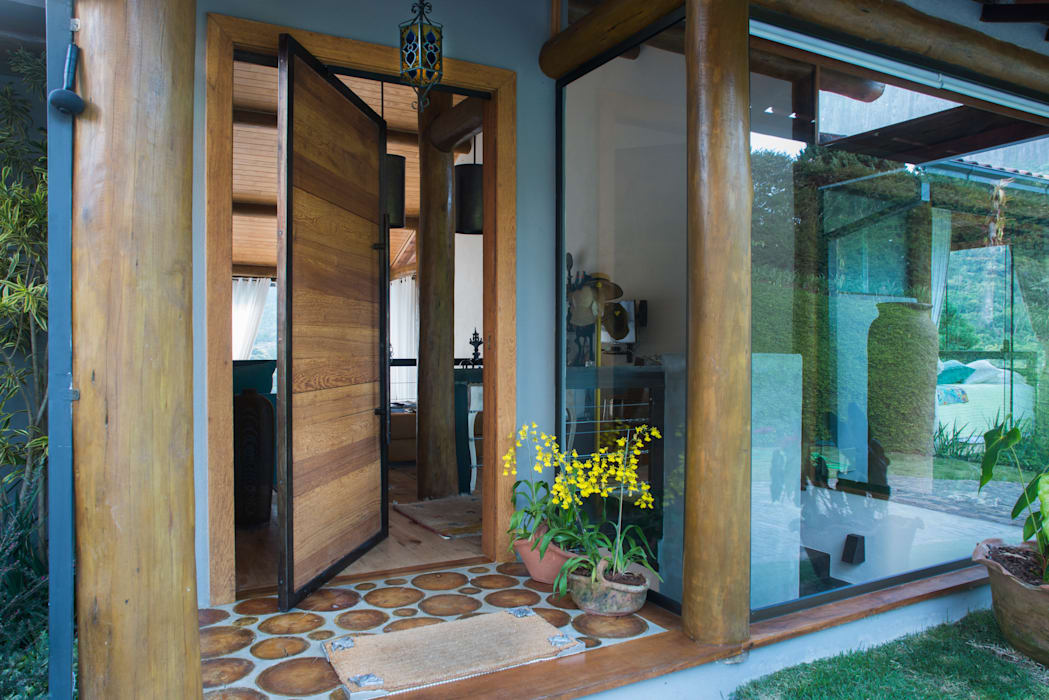 Country style doors by Giselle Wanderley arquitetura Country
