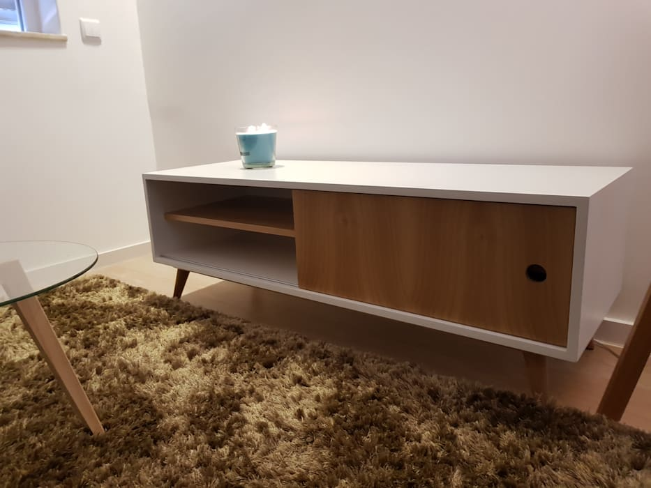 Móvel Tv: Sala de estar  por Alma Braguesa Furniture ,