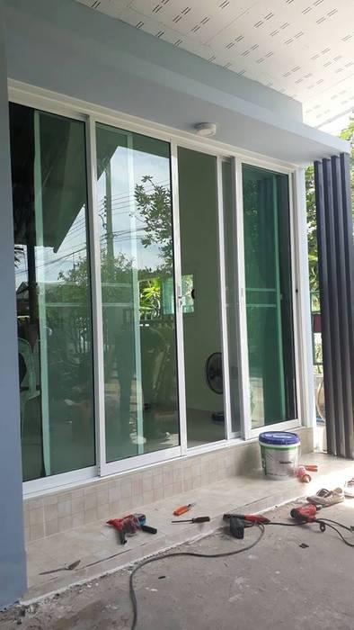 งานต่อเติม:  ประตู by P Knockdown Style Modern
