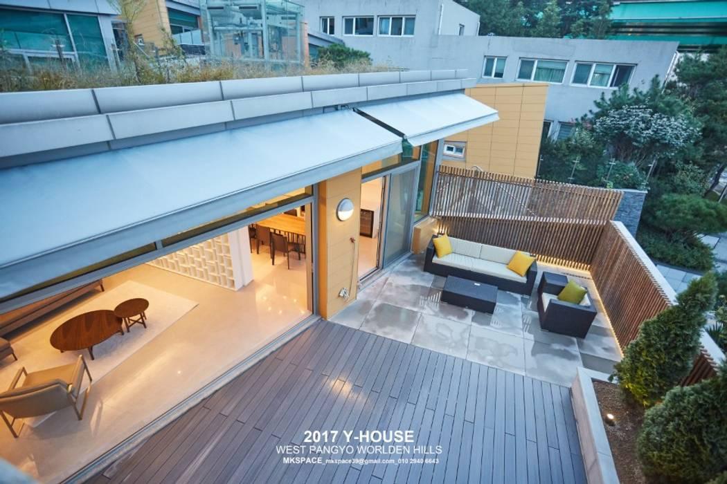 Balcones y terrazas de estilo moderno de 건축일상 Moderno