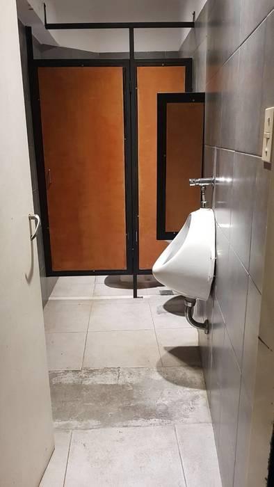 baño hombres Bares y clubs de estilo industrial de NB INTERIORES Industrial Madera Acabado en madera