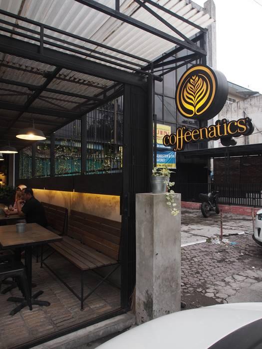 Disambut dengan outdoor area yang cozy. Spasi Architects Gastronomi Gaya Industrial Beton Black