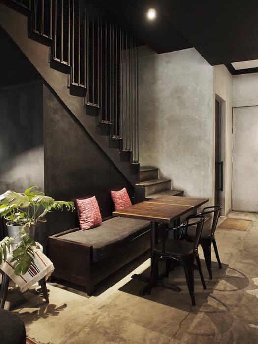 Seating dan tangga Spasi Architects Gastronomi Gaya Industrial Beton Black