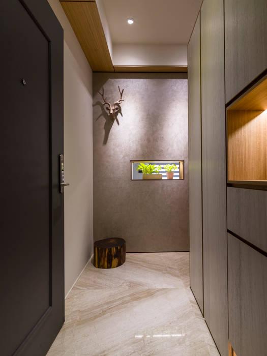 Modern Corridor, Hallway and Staircase by 楊允幀空間設計 Modern