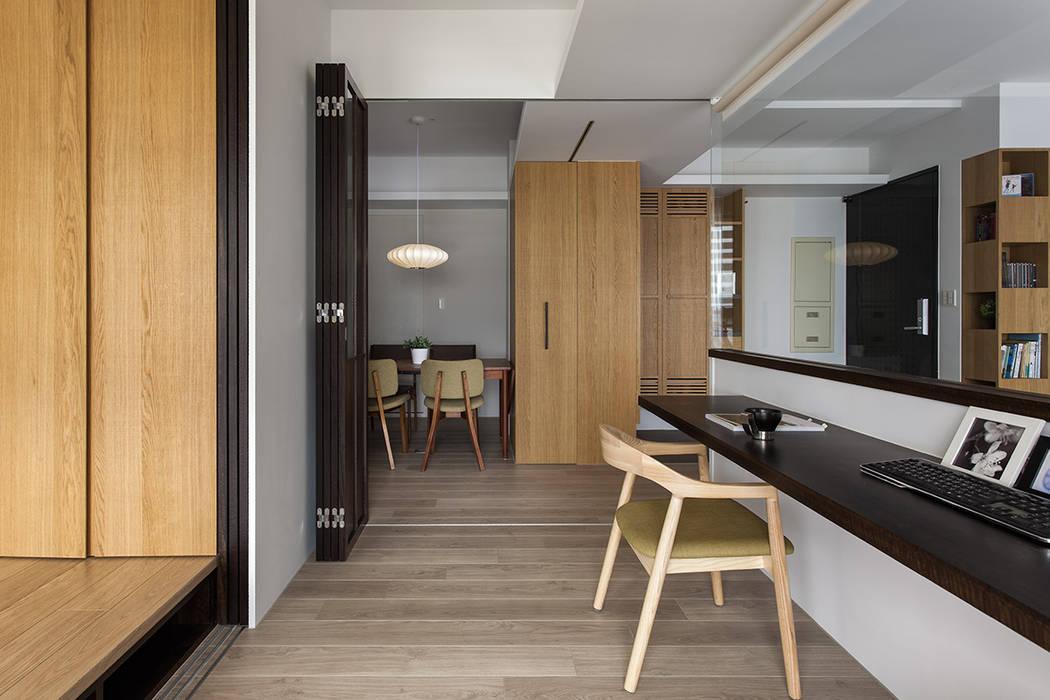 書房隔間設計:  書房/辦公室 by 禾光室內裝修設計 ─ Her Guang Design