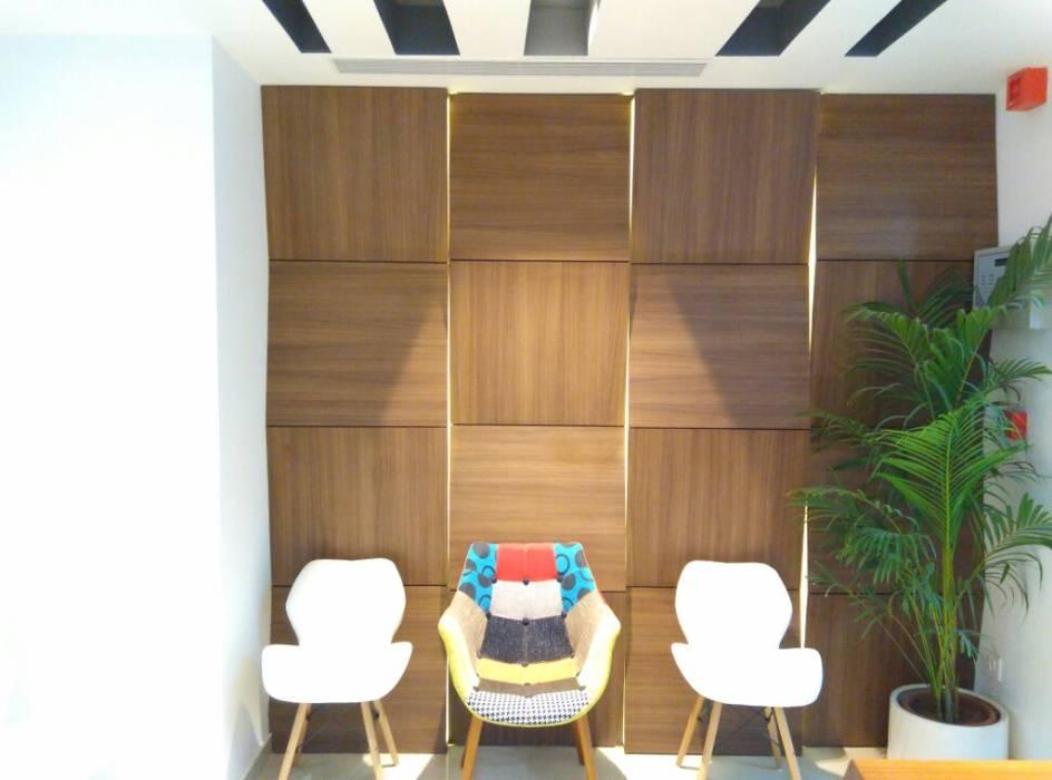 Reception/Waiting Ravi Prakash Architect Eclectic style study/office Engineered Wood White