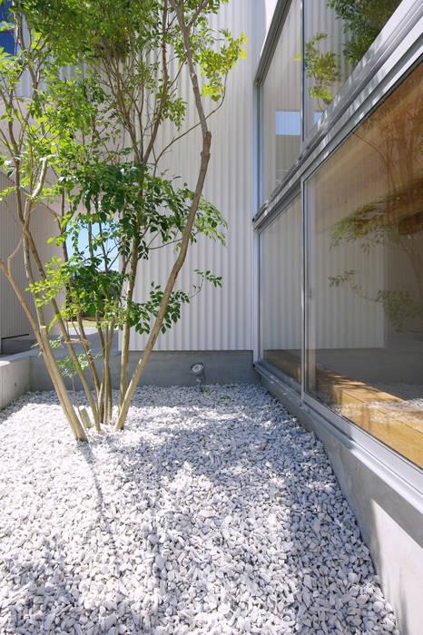 庭: 株式会社 空間建築-傳が手掛けた庭です。,北欧