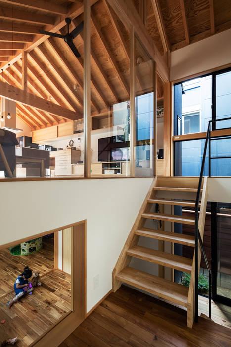 階段ホール: 藤森大作建築設計事務所が手掛けた廊下 & 玄関です。