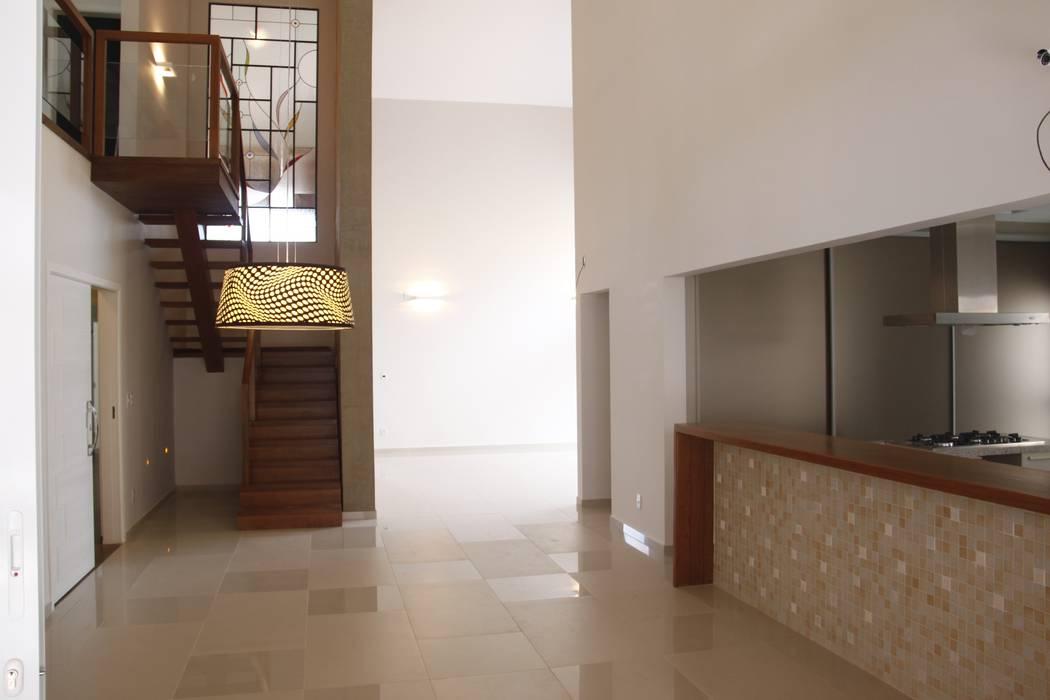Modern Corridor, Hallway and Staircase by Fernanda Quelhas Arquitetura Modern