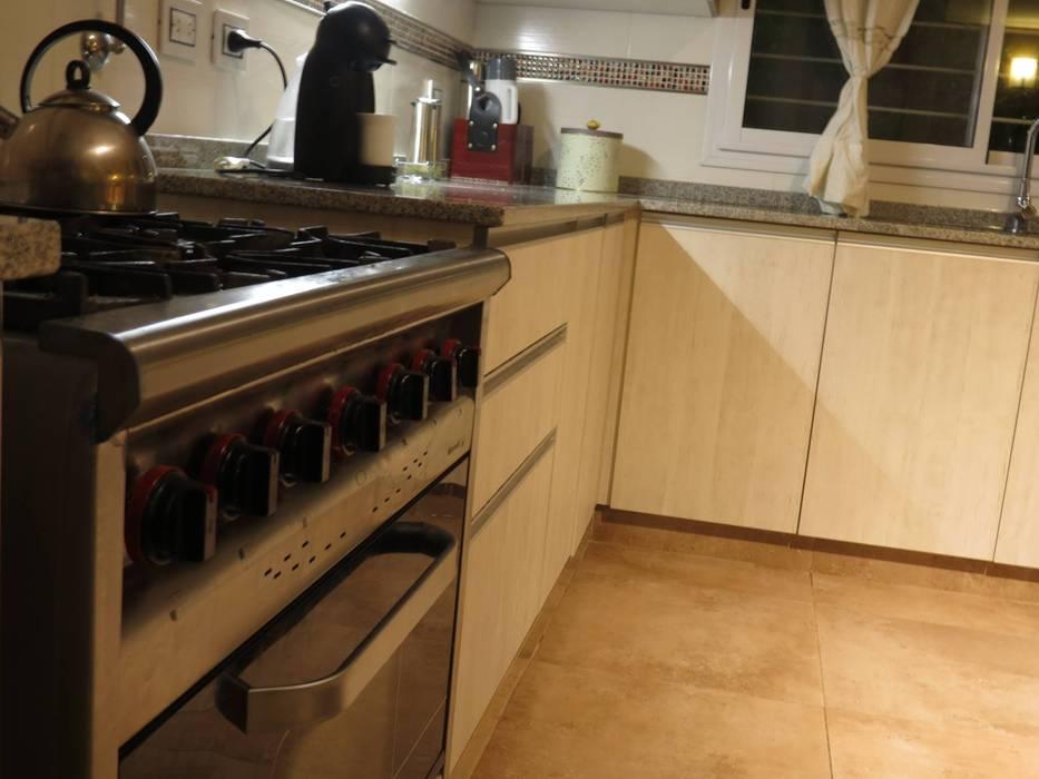 Bajo Mesada: Cocinas a medida  de estilo  por MOBILFE