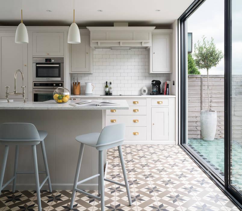 Swedish Elegance - Residential redecoration Cocinas de estilo moderno de SWM Interiors & Sourcing Ltd Moderno Azulejos