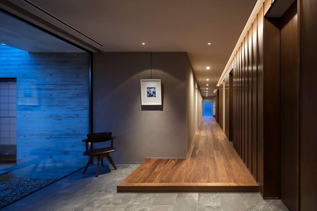 Modern Corridor, Hallway and Staircase by 吉川弥志設計工房 Modern