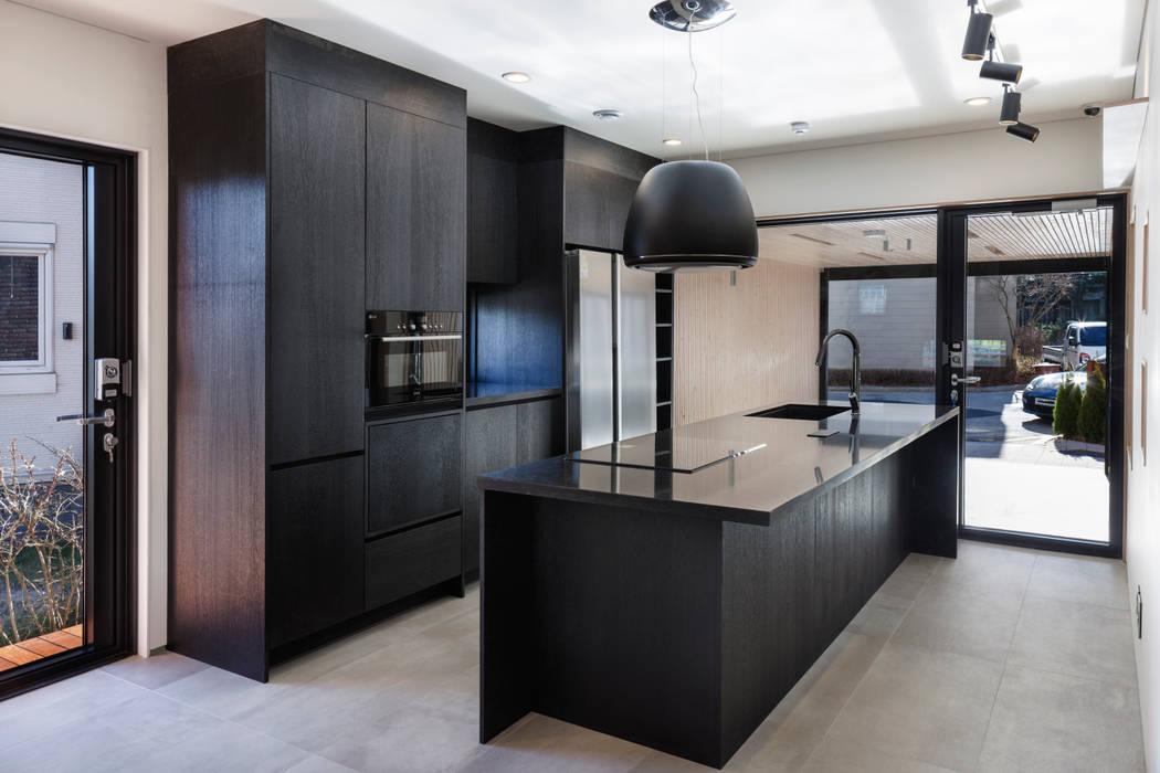 Nhà bếp phong cách hiện đại bởi (주)유타건축사사무소 Hiện đại