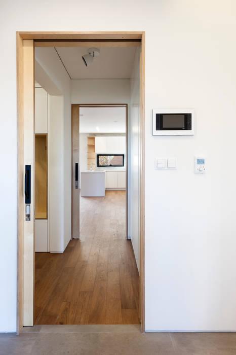 Koridor & Tangga Modern Oleh (주)유타건축사사무소 Modern