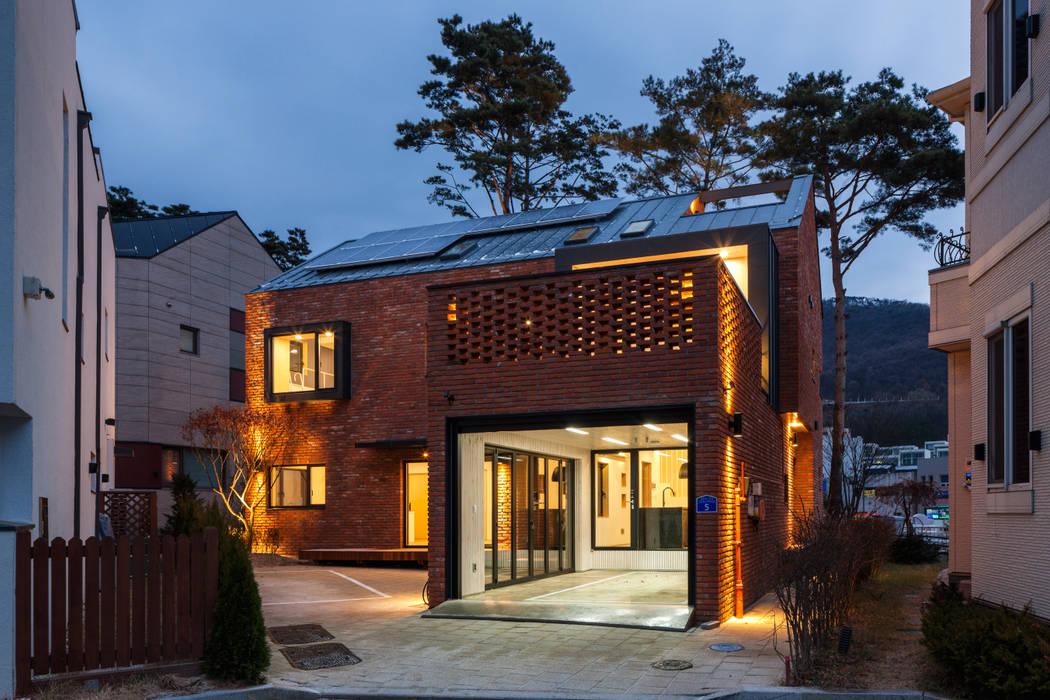 Houses by (주)유타건축사사무소 , Modern
