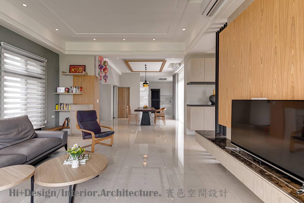一樓室內全景:  客廳 by Hi+Design/Interior.Architecture. 寰邑空間設計