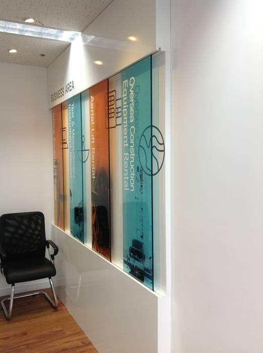 Cửa Kính và Cầu thang Kính:  Tường by TNHH XDNT&TM Hoàng Lâm, Hiện đại