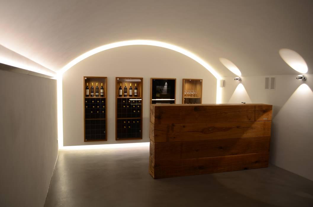 Theke und Getränkekühlschrank Rustikale Weinkeller von Holzmanufaktur Stuttgart Rustikal Massivholz Mehrfarbig