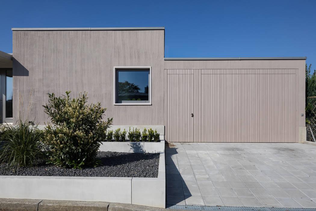 Eingang/Garage:  Bungalow von gerken.architekten+ingenieure
