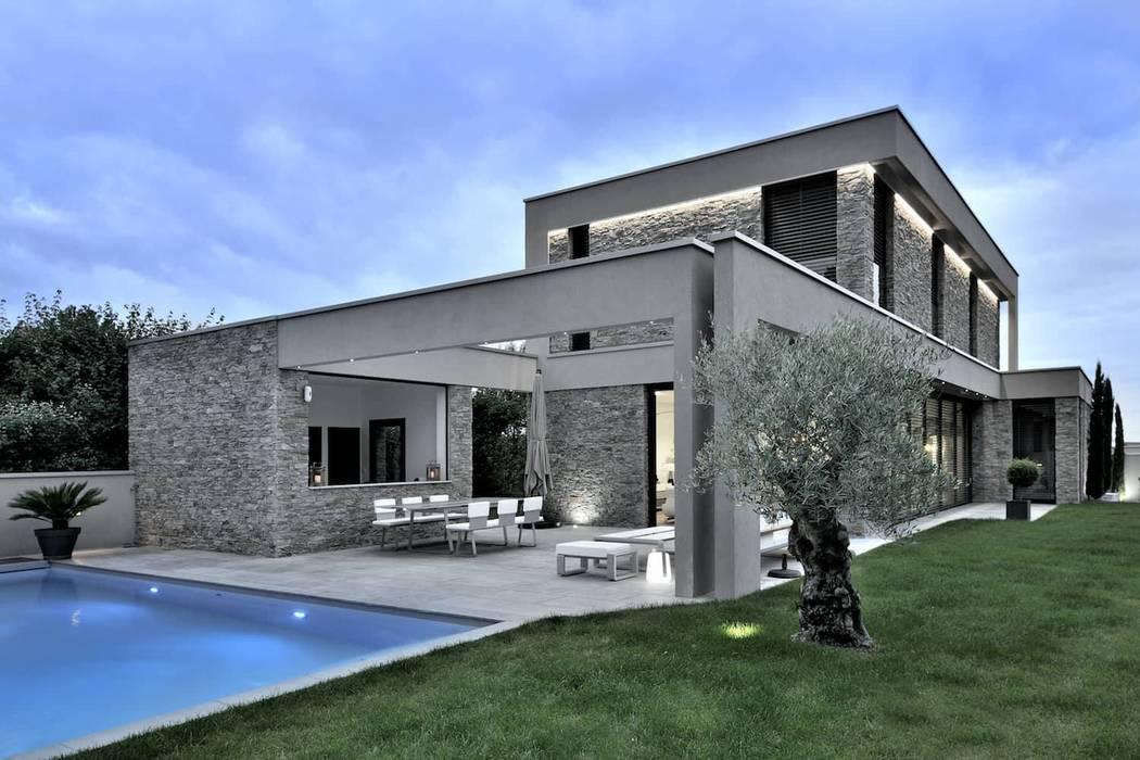 Maison d'architecte entièrement meublée par Création Contemporaine !: Jardin d'hiver de style  par Création Contemporaine