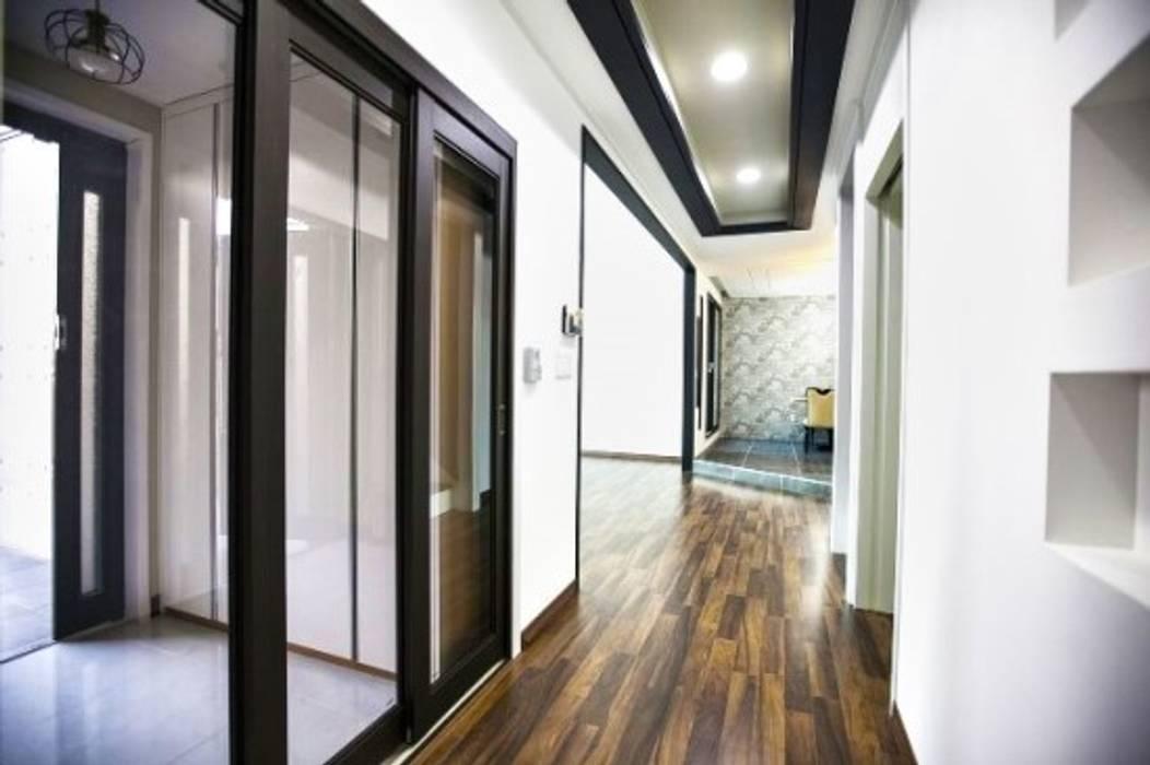 Couloir et hall d'entrée de style  par 피앤이(P&E)건축사사무소, Moderne