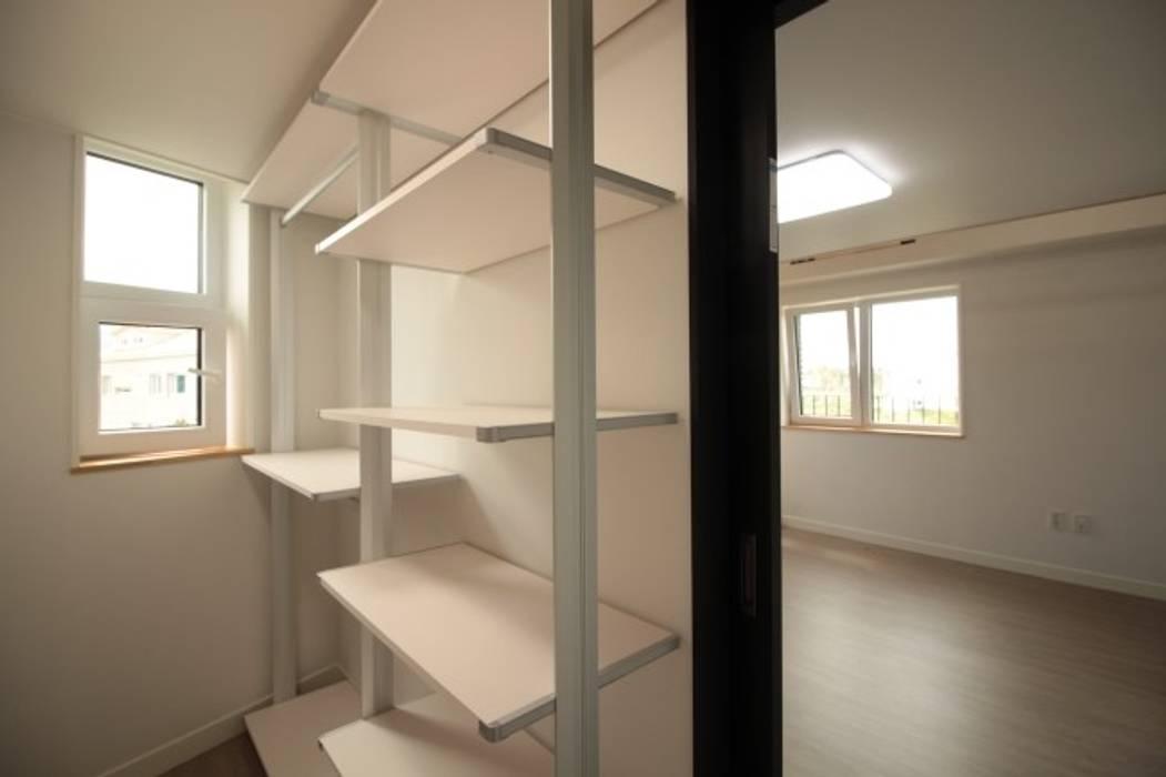 양산 물금 증산리 물금택지지구(A3-539-6) 단독주택 모던스타일 드레싱 룸 by 피앤이(P&E)건축사사무소 모던