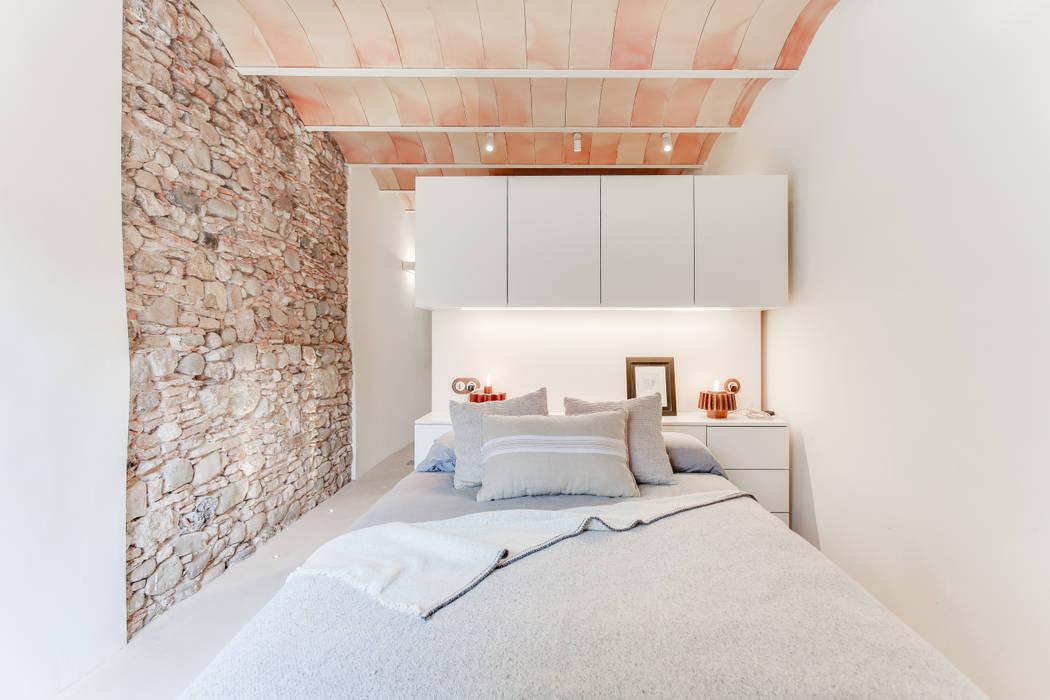 CASA SANT JOSEP: Dormitorios de estilo  de Lara Pujol  |  Interiorismo & Proyectos de diseño, Mediterráneo