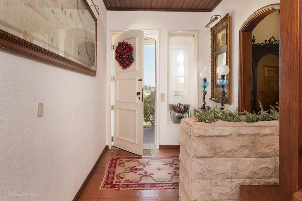 Pasillos y hall de entrada de estilo  por Miguel Marnoto - Fotografia,