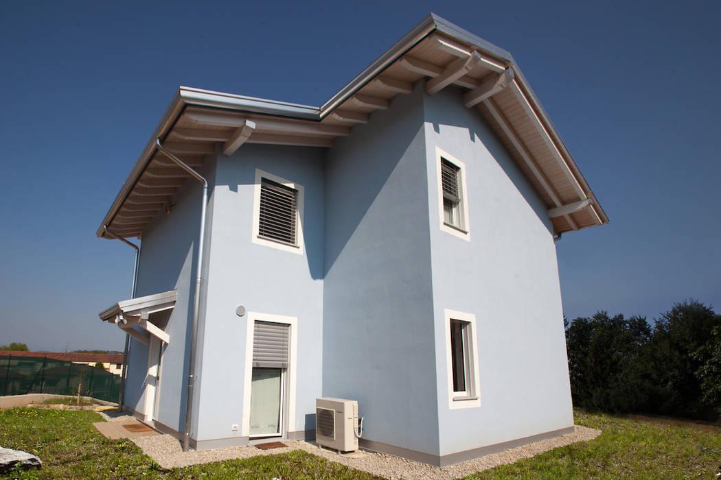 Casa in legno a Daverio, Varese. Facciata: Casa di legno in stile  di Novello Case in Legno