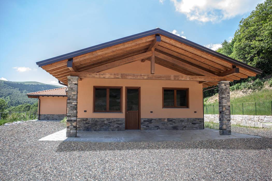 Casa in legno a Gignese (VCO): Casa di legno in stile  di Novello Case in Legno
