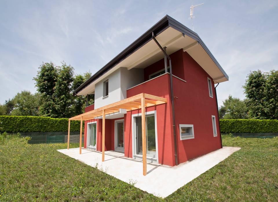 Villa in legno a Varese, Vizzola ticino.: Casa di legno in stile  di Novello Case in Legno